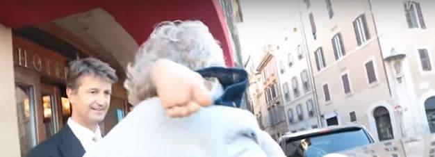 Rosatellum bis, Grillo arriva a Roma con un piede finto sulla spalla